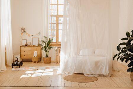 Interno della camera da letto dello chalet con un accogliente letto a baldacchino Lodge