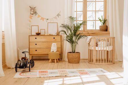 Chalet-Babyzimmer mit gemütlichem Kinderbett