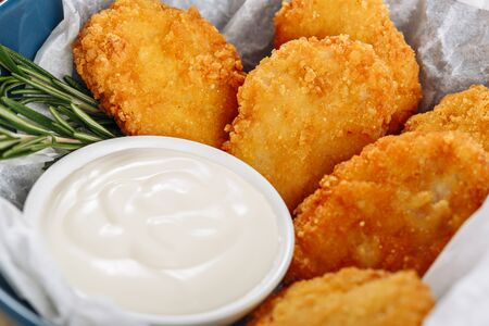 Macro de primer plano de nuggets de pollo crujiente frito