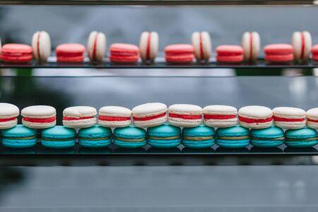 Macarons français colorés à vendre en boutique. raws de macarons dans une confiserie, devanture avec des bonbons. Pâtisserie traditionnelle française Banque d'images