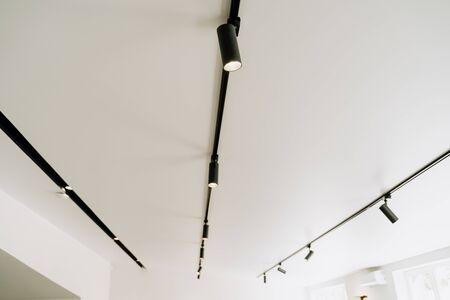 Shine Electrical Led Spot Light on White Ceiling Copy Space. Modern Stage, Museum, Exhibition Hall, Office or Apartment Illumination Equipment. Design Interior. Decorative Electric Spotlight Lamp 版權商用圖片