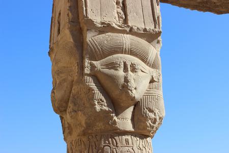 Dendera, 이집트에서 복잡 한 사원에서 포 르 티코의 기둥에 여신 Hathor의 이미지