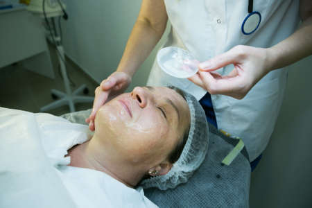 A visit to a beautician. The doctor performs the procedure of carboxytherapy. Applying a cosmetic mask Banque d'images