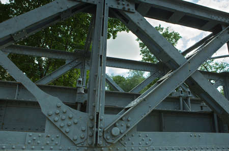The old railway bridge. Steel structure truss assembly. Built in the middle of the 20th century. Banque d'images