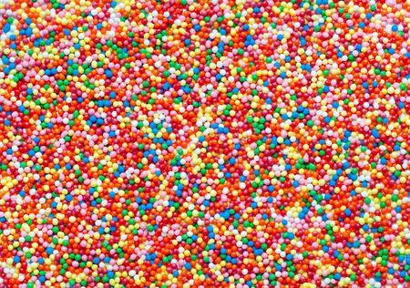 Arrière-plan abstrait de boules de sucre colorées. Utilisé pour décorer la pâtisserie et les bonbons. Chips de sucre aux couleurs de l'arc-en-ciel