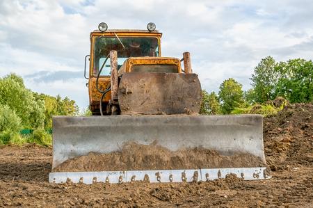 화창한 날의 일몰에 지우기 토지 작업 이전 excavator. 스톡 콘텐츠