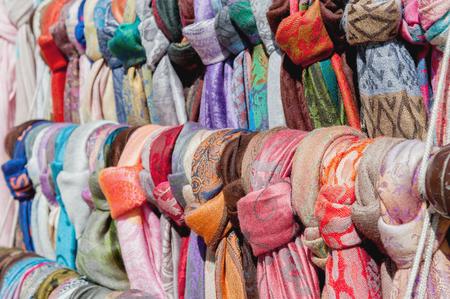 Breng straat van de kleurrijke sjaals van de kleine marktvrouw onder de aandacht. Het horizontale frame. Stockfoto
