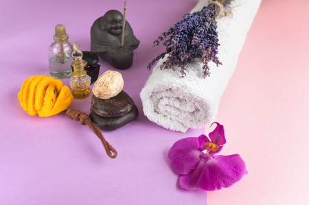 Beau savon en forme de fleurs et serviette aux fleurs de lavande pour les soins Spa sur fond bicolore. Mise au point sélective Banque d'images