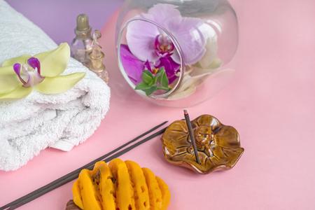 Beau savon en forme de fleurs et serviette aux fleurs de lavande pour les soins Spa sur fond bicolore. Mise au point sélective.