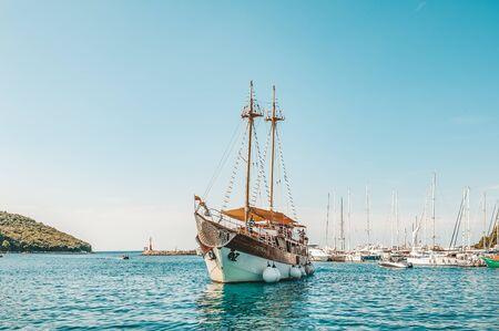 8. 28. 2018. Vrsar Kroatien. Ein schönes Segelschiff für Ausflüge kommt in den Hafen der Stadt Vrsar.