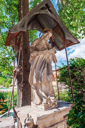 Estatua de piedra del sagrado corazón de Jesús en una calle de la ciudad. Cesky Krumlov República Checa.