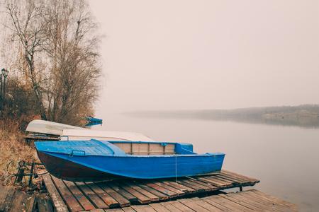 Belle vue sur le quai de la Volga à la fin de l'automne. Ples vieille ville russe en Russie la ville est associée au grand artiste russe Levitan. Banque d'images