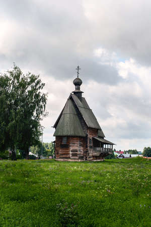 Church of St. Nicholas the Wonderworker on the territory of the Suzdal Kremlin, built in 1796. Wooden Russian architecture, a landmark of Suzdal. Banco de Imagens