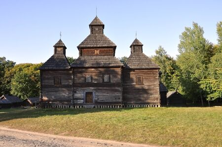 cristianismo: Historia. Iglesia del cristianismo de madera antigua en el prado del verano
