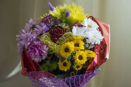 A bouquet of flowers of different shades on a background of green curtains. Roses, carnations, chrysanthemums and asters 免版税图像 - 139602694