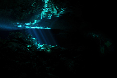 Reflection of sunrays and rocks on a water surface, Tajma ha cave, Yucatan peninsula, Mexico 版權商用圖片