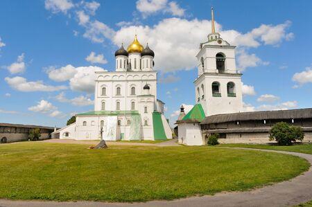 Seitenansicht der Kathedrale der Heiligen Dreifaltigkeit und des Glockenturms im Inneren des Pskov Krom (Fort), Pskov, Russia Standard-Bild
