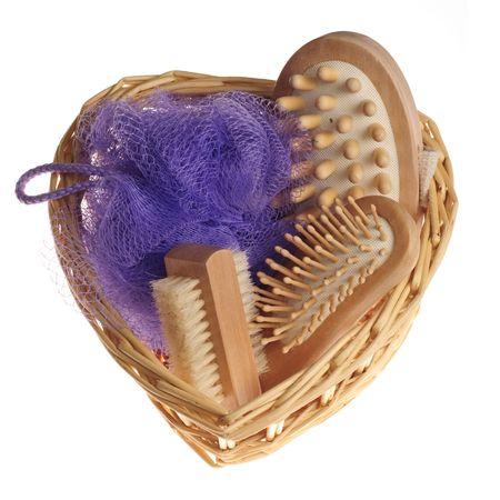 repertoire: Bad anticelulitsch spa massage kit met kam, spons en penseel hairbrush in hart vorm mand geïsoleerd op witte achtergrond  Stockfoto