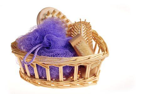 repertoire: Bad anticelulitsch spa massage kit met kam, spons en penseel hairbrush in mand geïsoleerd op witte achtergrond