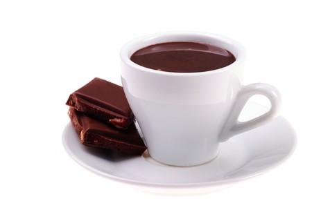 chocolate caliente: taza de chocolate en caliente y en lonchas postre con avellanas aislados sobre fondo blanco