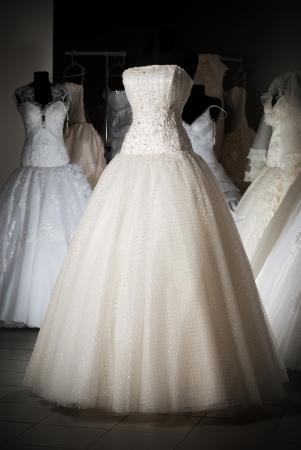 bridal dress: Negozio di abito di nozze con molti oggetti Archivio Fotografico