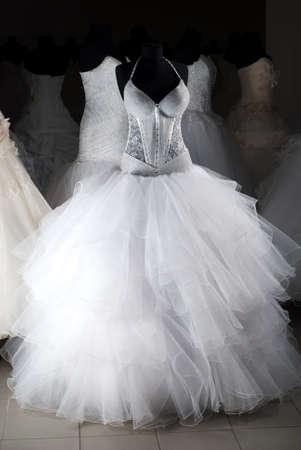 EVENING DRESS: Tienda de vestidos de boda con muchos objetos