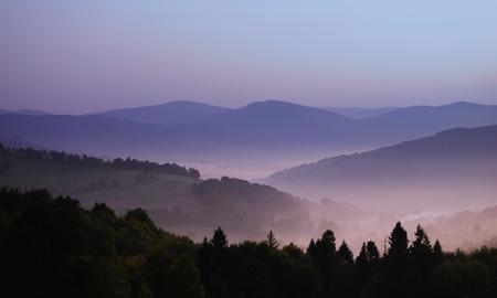 smokies: vista hermosa de laderas en la niebla de la ma�ana por encima de las monta�as Carpatian Foto de archivo
