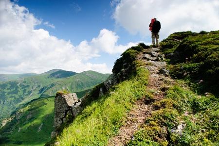 over the hill: Treveller van en el pico de mountians de los C�rpatos Foto de archivo