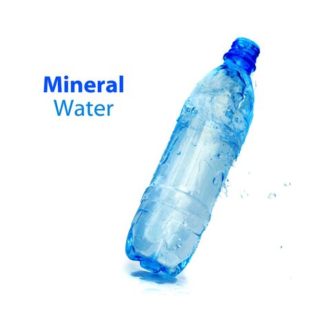 engarrafado: Mineral water bottle isolated on white background