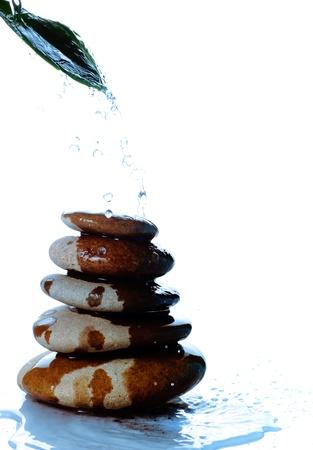 five objects: Piramide della pietra da cinque oggetti isolati su sfondo bianco Archivio Fotografico