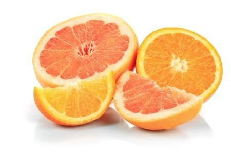 toronja: partes de pomelo y del naranja aislado en blanco, preparado para jugo