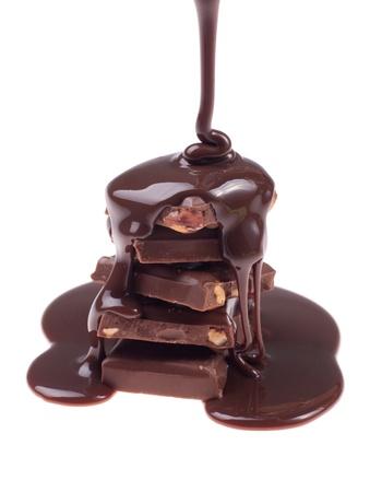 Flux chocolat isolée sur fond blanc de près