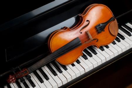teclado de piano: Viol�n y piano de cerca