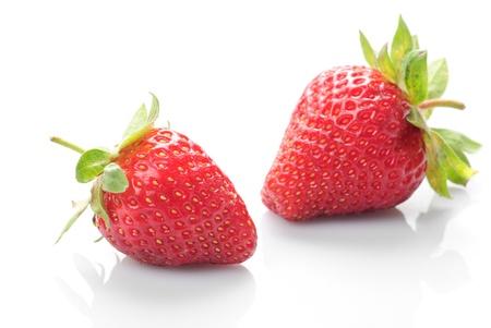 frutillas: Grupo de fresas frescas whith aislado en blanco