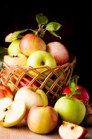 Frais divers pommes gros plan sur la table en bois