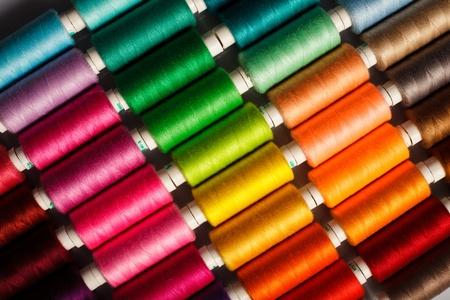 Hilos de coser de cerca fondo multicolor Foto de archivo