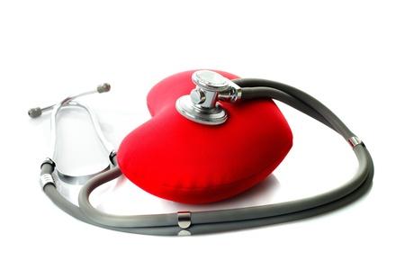 Stéthoscope médical avec le coeur rouge isolé sur blanc