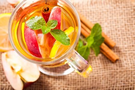 apple cinnamon: Mela, cannella e bevande di agrumi con ramoscello di menta