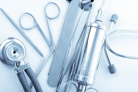 otorhinolaryngology: Strumenti medici per medico ORL su bianco