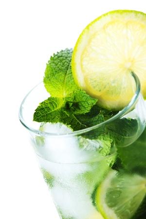 bebidas frias: Mojito c�ctel aislados sobre fondo blanco