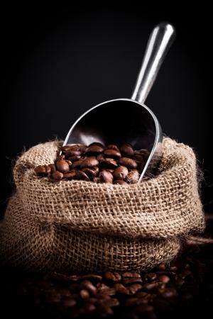 coffe bean: Chicchi di caff� che si rovesciano dal sacchetto di tela