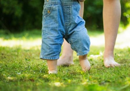 infante: Los primeros pasos del beb� de la madre sobre la hierba