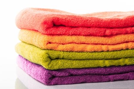 toalla: Pila de toallas colorfull aislados en blanco