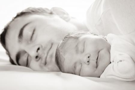 ni�o durmiendo: Sue�o del beb� con el pap�, primer plano se enfrenta