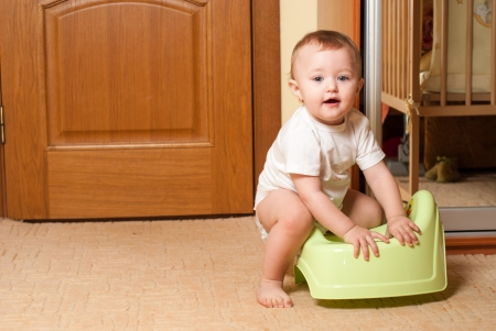 piddle: Baby play with the pot, process of habituation