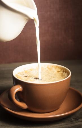 Kaffeetasse und ein gießt Milch