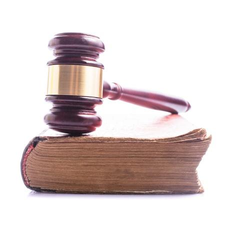 martillo juez: Libro viejo y de madera martillo - concepto jastice