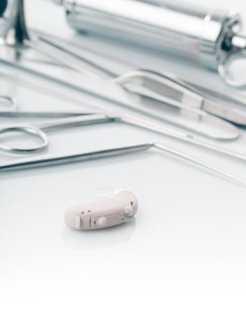 otorhinolaryngology: Strumenti medici per medico ORL sugli aiuti bianco e l'udito, alternativa alla chirurgia