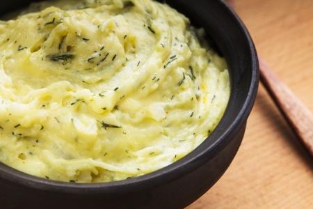 pure de papa: Puré de patatas con eneldo en un tazón de barro orgánico
