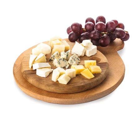tabla de quesos: Junta con piezas de varios tipos de queso y uva, aislado en blanco Foto de archivo